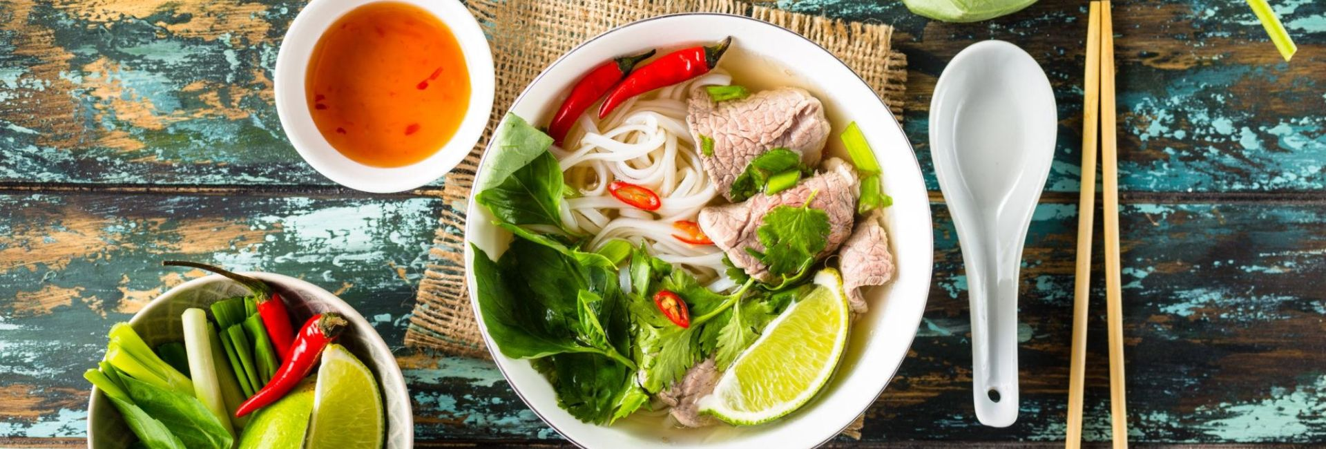 Offre d'un repas vietnamien