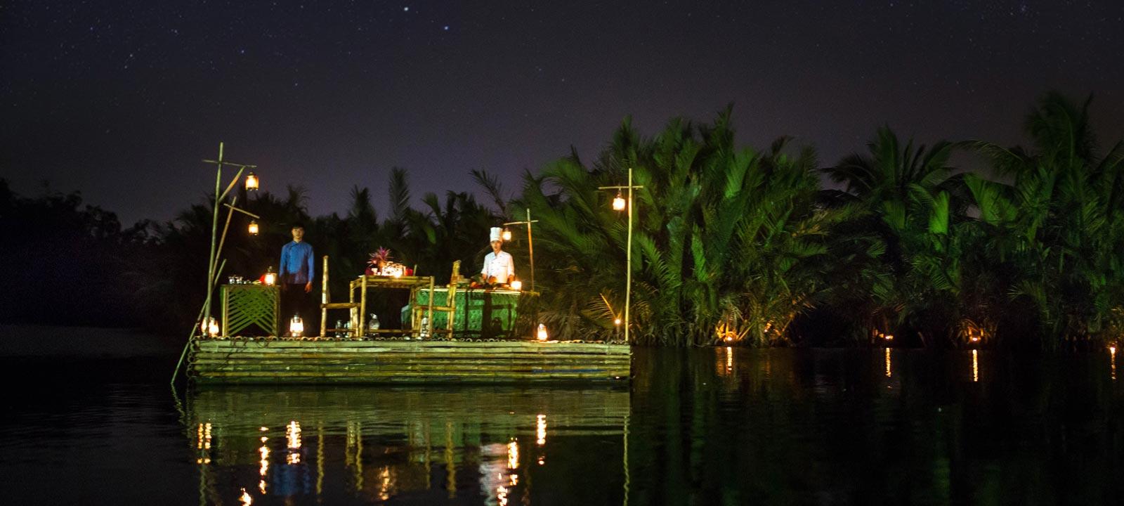 Diner romantique sur un radeau en bambou