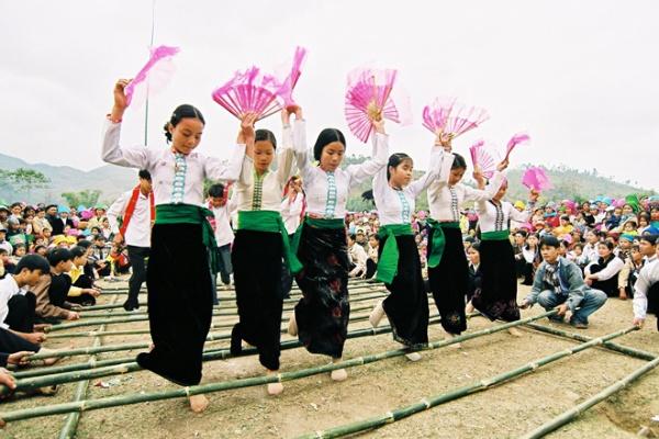 La beauté culturelle de la communauté de Thaï à Pu Luong